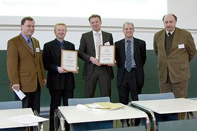 Mattauch-Herzog Förderpreise an Dirk Schaumlöffel und Jörg Bettmer. Von links Prof. Dr. D. Kuck Vorsitzender der Jury, Dirk Schaumlöffel und Jörg Bettmer, Dr. Ernst Schröder, Thermo Fisher Scientific, Prof. Dr. J. Grotemeyer, Vorsitzender der DGMS.