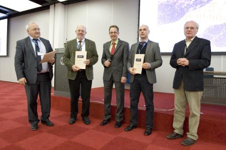"""Friedrich Lottspeich (MPI Martinsried), Helmut E. Meyer (Ruhr-Uni Bochum) und Roland Kellner (Merck, Darmstadt, 2.v. r.) erhielten von Wolf Dieter Lehmann (DKFZ Heidelberg, rechts) den """"Preis für Massenspektrometrie in den Biowissenschaften"""". In der Mitte steht Michael Desor von Waters."""