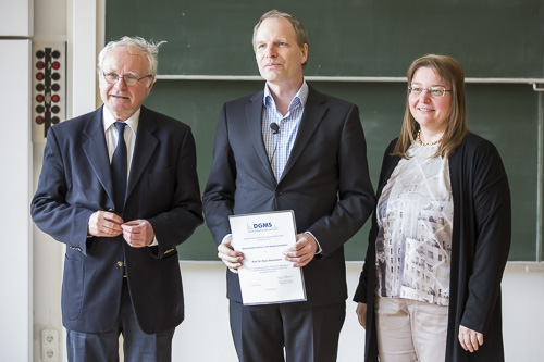 Von links: Jury-Vorsitzender Wolf-Dieter Lehmann (DKFZ Heidelberg), Preisträger Klaus Dreisewerd (Universität Münster) und DGMS-Vorsitzende Andrea Sinz.