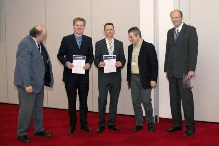 Bild: Von links stehen Jürgen Grotemeyer, die Preisträger Henrik Winkler und Thorsten Jaskolla, Jury-Vorsitzender Jürgen Gross und Jochen Boosfeld (Bruker Daltonik). (Bild: Jacek Wróblewski, Poznan).