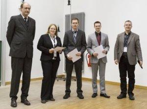 Die Verleihung der Wolfgang-Paul-Preise. Von links stehen Jochen Boosfeld (Bruker Daltonik), die Preisträger Christina Wild, Marko Härtelt und Burkhard Butschke sowie der Jury-Vorsitzende Jürgen Gross. (Bild Jürgen Schmidt, Universität Halle).
