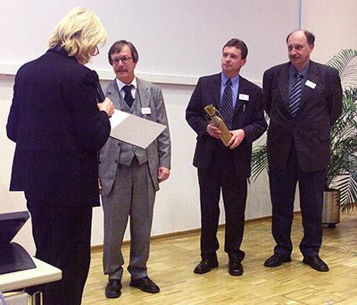 Verleihung des Preises 2004. Von links die Vorsitzende der Jury, Prof. Dr. J. Peter-Katalinic, der Preisträger Prof. Dr. M. Przybilski, Herr Sommer für den Stifter Applied Biosystems und Prof. Dr. J. Grotemeyer, Vorsitzender der DGMS.