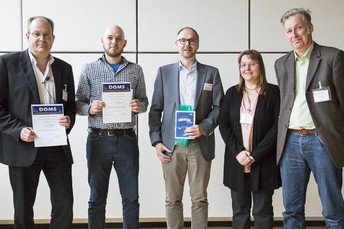 Von links: Uwe Karst stellvertretend für Ann-Christin Niehoff (Universität Münster) und Marcel Kwiatkowski (Universität Hamburg), Simon Lauter (Bruker Daltonik), DGMS-Vorsitzende Andrea Sinz und für die Jury Mathias Schäfer (Universität Köln).