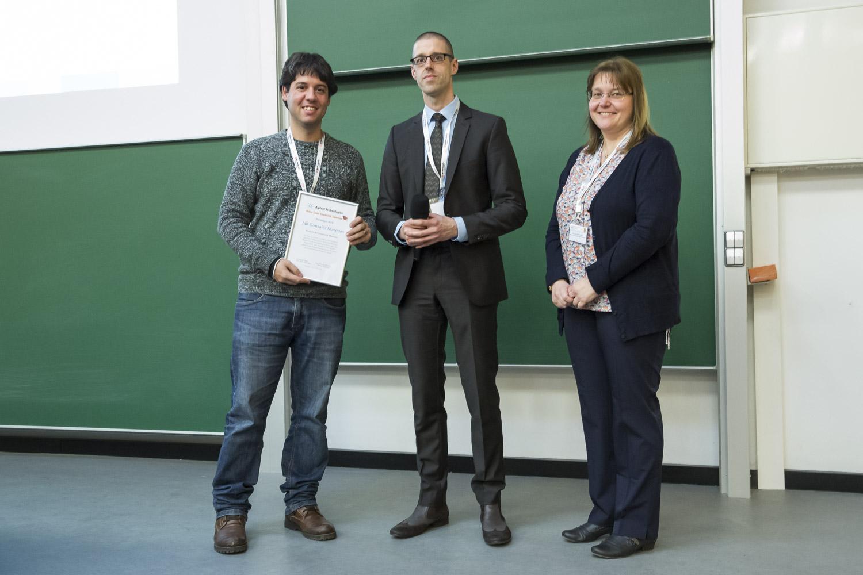 Gonzalez Marques (LMU München) erhält die Urkunde für den Agilent Research Summer 2018 von Christoph Müller (Agilent) und Andrea Sinz